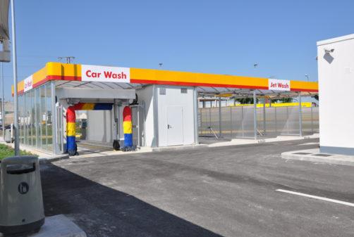 gasolinera con geotermia que calienta agua lavado coches y enfría tienda